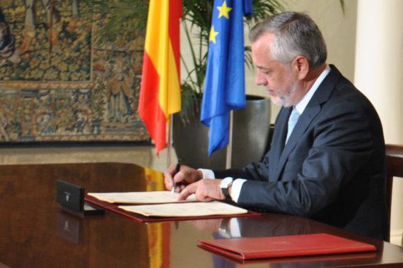 El presidente de SATSE, Víctor Aznar, firma el Pacto de la Enfermería por la Sostenibilidad y la Calidad del Sistema Nacional de Salud suscrito en Moncloa