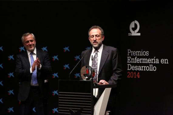 Víctor Aznar hace entrega del premio especial de Enfermería en Desarrollo al director de la Escuela de Fisioterapeutas de la ONCE, Javier Sainz de Murieta