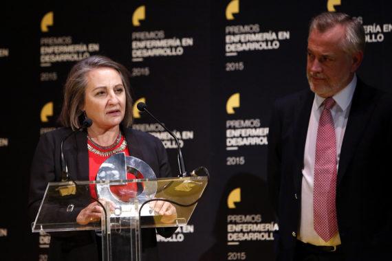 Víctor Aznar hace entrega del premio a la enfermera jefa del Hospital Nacional de Parapléjicos de Toledo, Laura Plaza