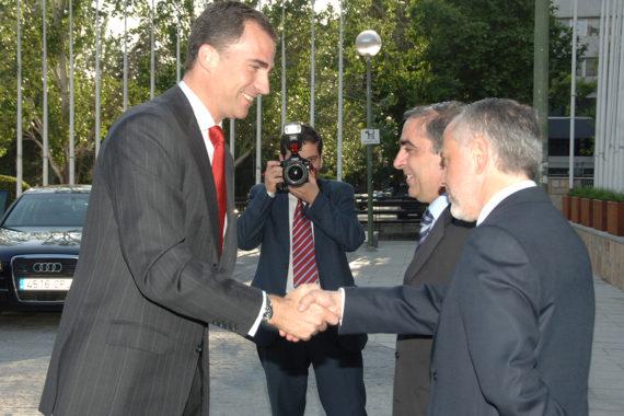 El presidente de FUDEN, Víctor Aznar, saluda al rey Felipe VI en la celebración del XX Aniversario de la Fundación para el Desarrollo de la Enfermería